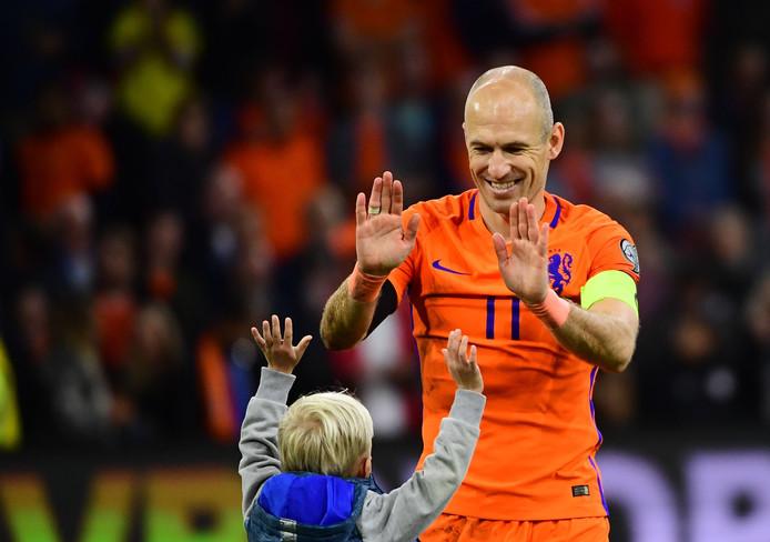 Arjen Robben geeft z'n zoon een dubbele high five.