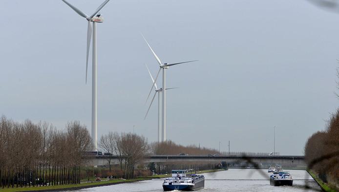 De windmolens langs het Amsterdam-Rijnkanaal bij Houten.