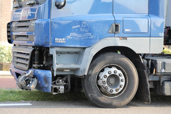 De auto klapte frontaal op de vrachtwagen.