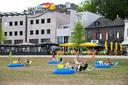 Eind augustus: een pop-up beachparty op het nog niet zo groene grasveld voor het Holland Casino.