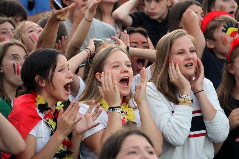 Ongeloof en spanning bij deze jonge fans tijdens de match.