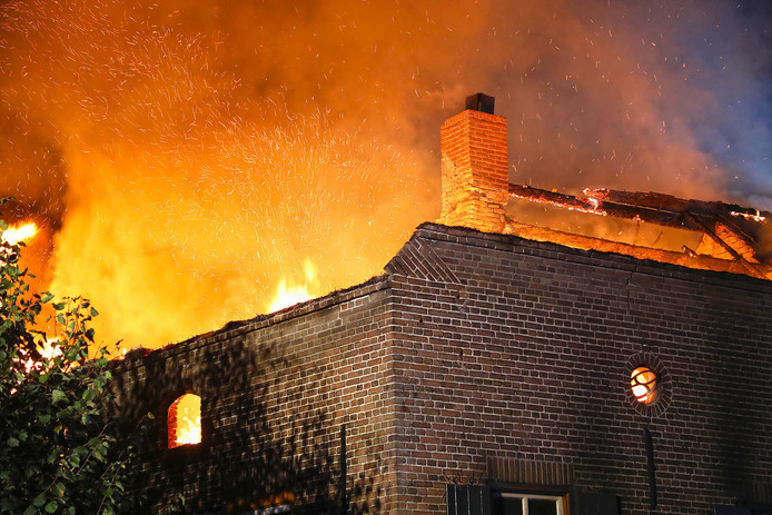 Uitslaande woningbrand in Lietingstraat in Haren