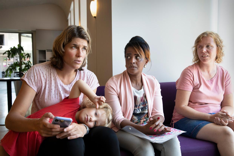 Kim van Dongen (38, links) met haar dochter Charlot (3), en Marielle Doremalen (45, rechts) zamelden geld in voor aanvragen voor het kinderpardon. Onder andere voor Woinshet Demissie (34, midden) uit Eritrea.