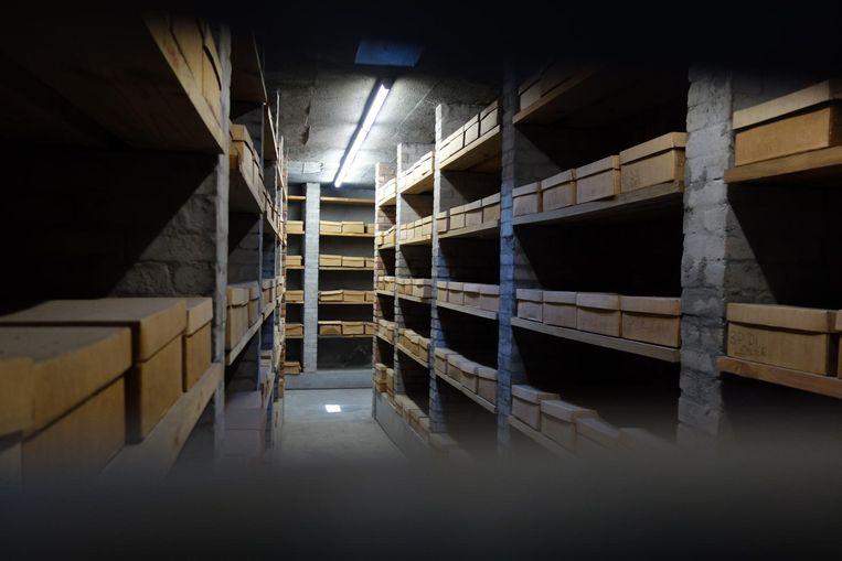 Dozen met resten uit gevonden massagraven van eeuwen her in een speciaal monument in Kaapstad. Beeld wb