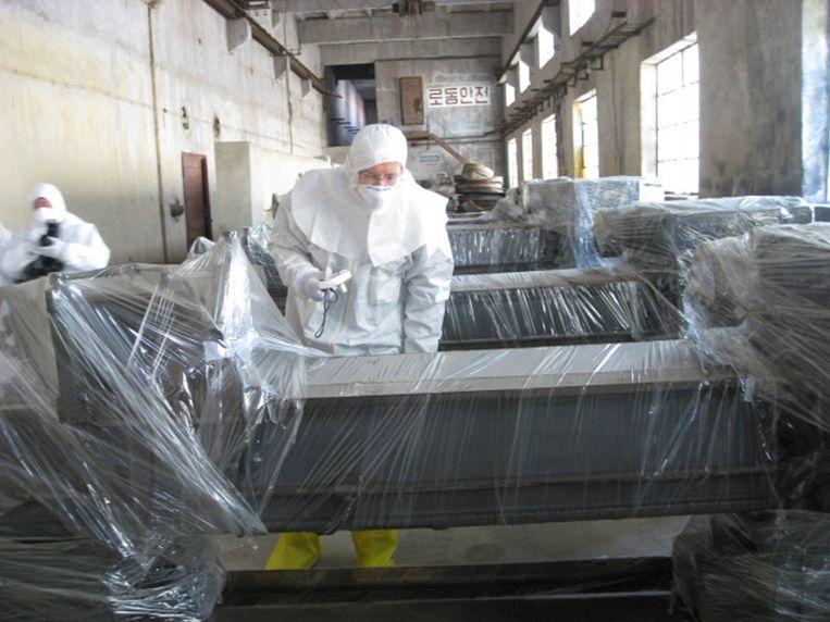 Wetenschapper Siegfried Hecker op bezoek in de fabriek in Yongbyon. Hij schreef in een academische paper dat de  Noord-Koreanen zich hadden gebaseerd op de fabriek die een aantal jaren in het Belgische Mol-Dessel heeft gestaan.