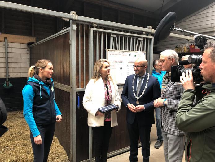 Burgemeester van Arnhem Ahmed Marcouch en Chantal Janzen laten zich in de manege informeren over de Stichting BIO.