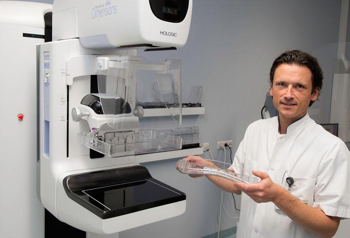 Radioloog Alexander Venmans laat nieuwe SmartCurve techniek zien.