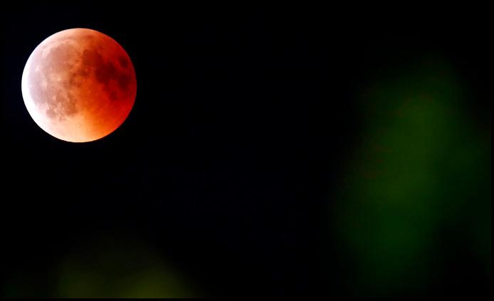 De maansverduistering, de bloedmaan aan de hemel.