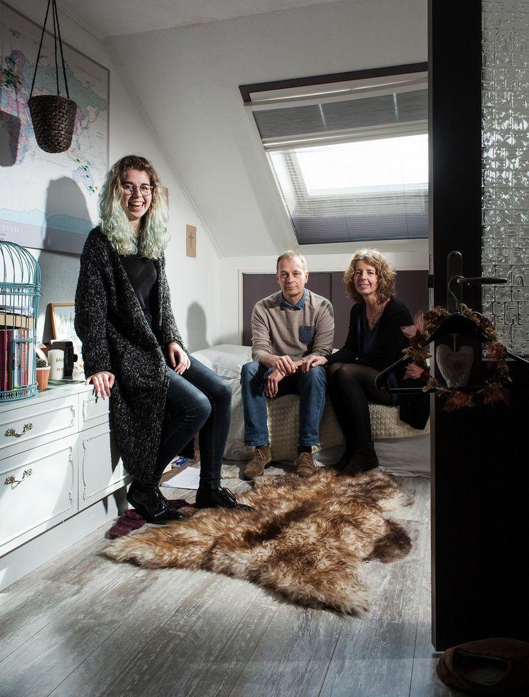 Lauri van Bodegraven met ouders. Haar vader Robert Jan: 'Mijn vrouw en ik houden ervan als het huis opgeruimd is' Beeld Friso Keuris
