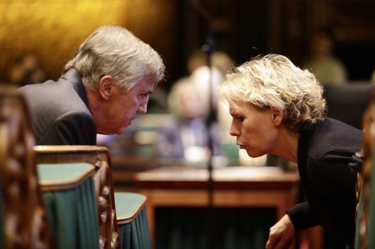 Marleen Barth (rechts) in gesprek met VVD-fractievoorzitter in de Eerste Kamer Loek Hermans. Beeld anp