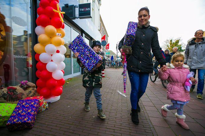De zaterdag voor Sinterklaas in Boxtel centrum:Een moeder loopt met haar kinderen voorbij een van ballonnen gemaakte sinterklaas voor de deur van All about the woman in het centrum van Boxtel.
