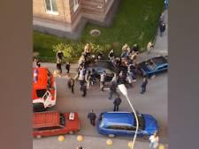 Ils déplacent une voiture à main nue pour laisser passer un camion de pompiers
