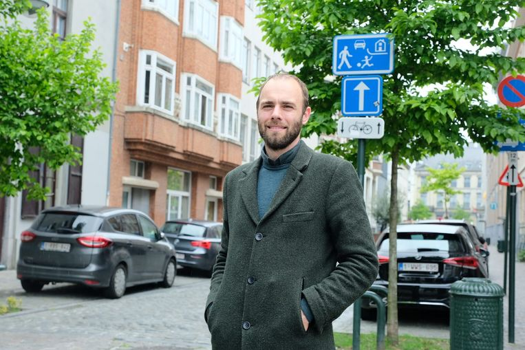 Schepen Bart Dhondt (Groen) bij de Moutstraat, die nu al een woonerf is.