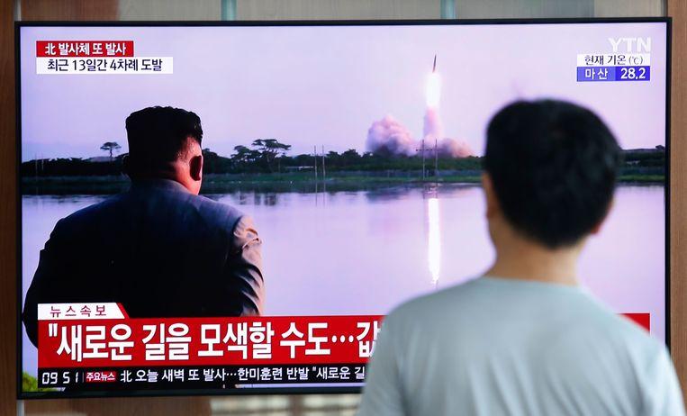 Een man bekijkt de lancering van een Noord-Koreaanse raket op een Zuid-Koreaanse nieuwszender.