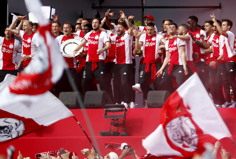 Ajax heeft voor de 34e keer de landstitel gewonnen: de spelers van Ajax worden gehuldigd op het Museumplein. Beeld ROBIN VAN LONKHUIJSEN/ANP