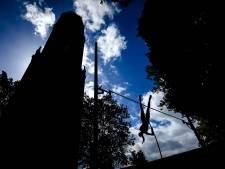 Spectaculaire plaatjes met polsstokhoogspringen op het Domplein