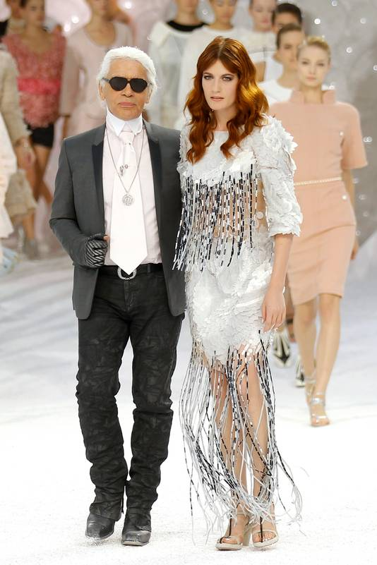 Lagerfeld en Welch sluiten de show van Chanel tijdens Paris Fashion Week af.