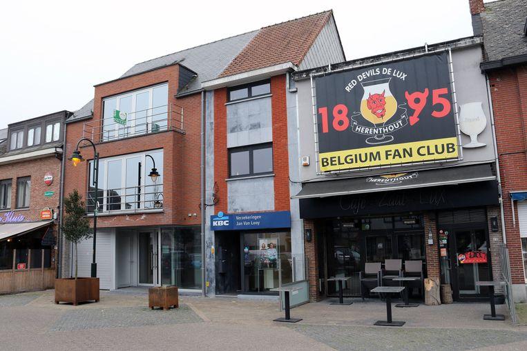 De gemeente koopt het pand links van het KBC-filiaal op de markt.