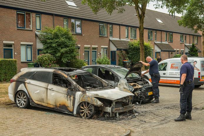 Twee auto's zijn vannacht afgebrand aan de Rademakersgilde in Houten.