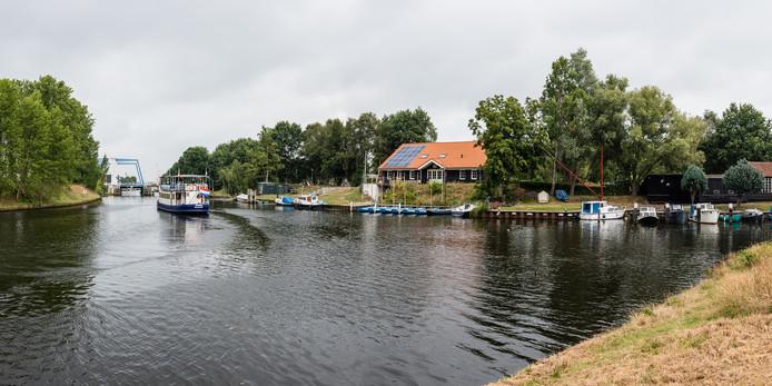 Eem en Valleikanaal (rechts) komen hier samen. Ze voeren niet alleen het water af, maar hebben ook een functie voor natuur en recreatie. Links vaart fietsboot De Eemlijn.