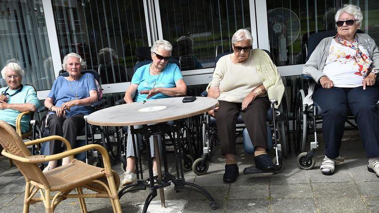 Ouderen voor een verpleeghuis in Zandvoort Beeld Marcel van den Bergh / de Volkskrant