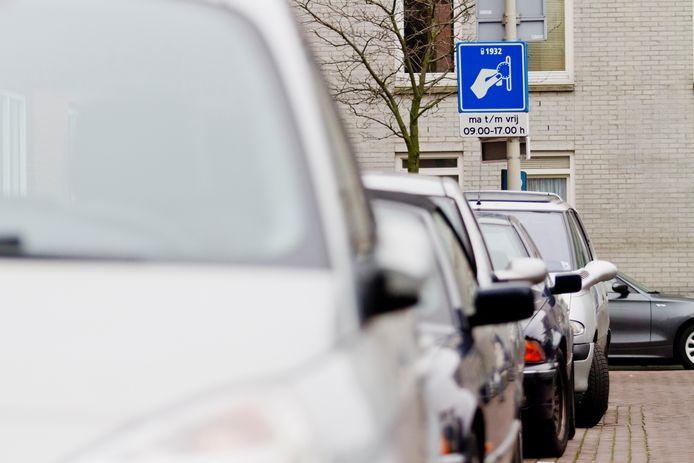 Is het slim om parkeren maar even gratis te maken zodat besmetting met het coronavirus via drukknoppen en automaten niet meer kan? Daar denken gemeenten heel verschillende over.