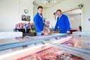 De boeren Willem (l.) en Jan Spronk verkopen hun prijswinnende vlees gewoon zelf.