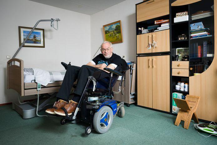 Piet Versteeg in zijn woning in verpleeghuis De Lange Wei. Inmiddels heeft hij weer gegeten.