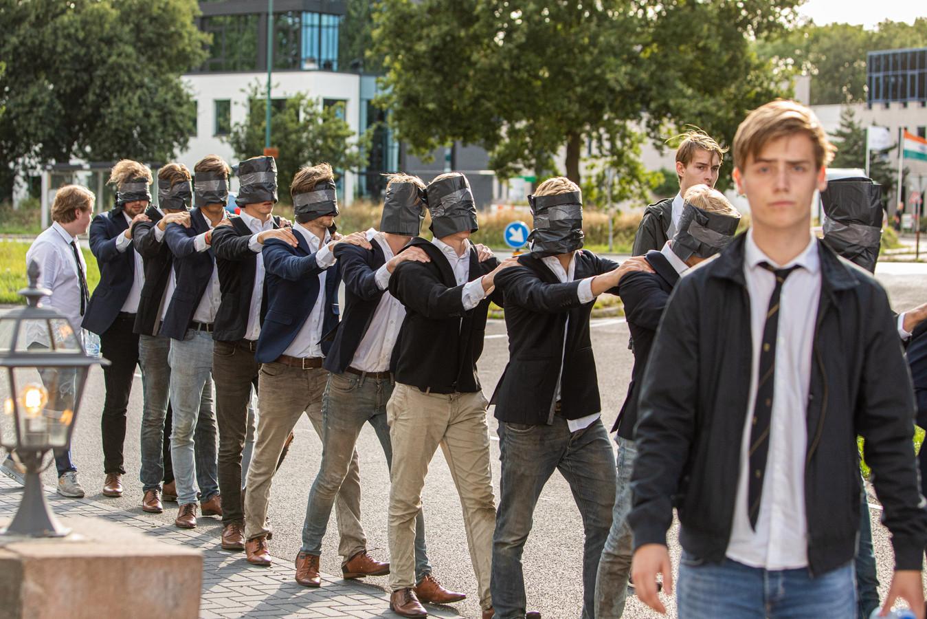 Fotograaf Caspar Huurdeman vond het een komisch tafereel: de ontgroening van Leidse studenten.  De studenten denken daar anders over.
