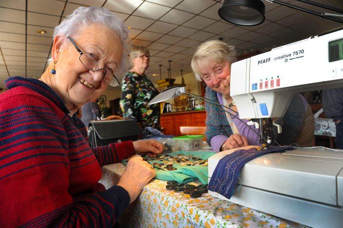 Bij het Repair Café Middelburg, met links Sophia Mensen en rechts Annemarie Cleophas, worden niet alleen apparaten gerepareerd , maar wordt ook kleding hersteld.