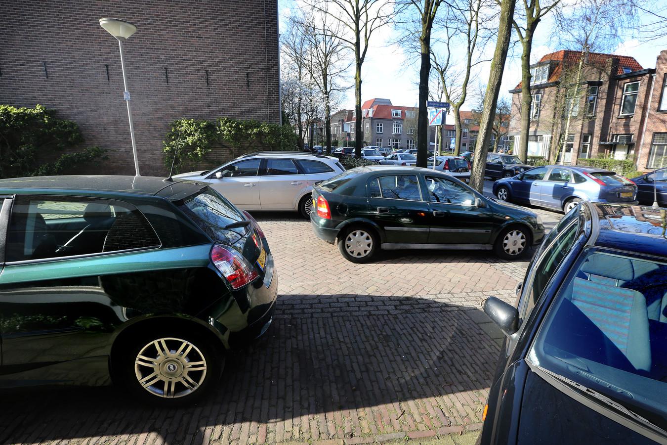 Geparkeerde auto's tussen de Mimosastraat en de Wethouder Romboutsstraat.