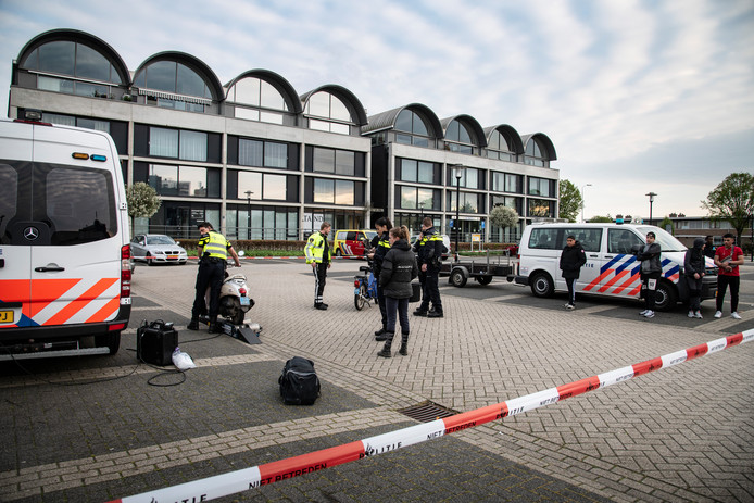 Grote politiecontrole op scooters en 'verdachte' auto's op de parkeerplaats van Winkelhart Hatert.