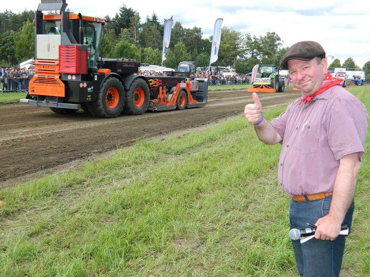 Presentator Dirk De Smul vorig jaar op de tractorpulling. Dit wordt nu een apart evenement op de Oogstfeesten.
