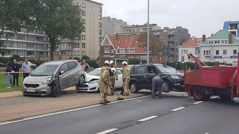 Bij het bizarre ongeval raakten heel wat wagens zwaar beschadigd.
