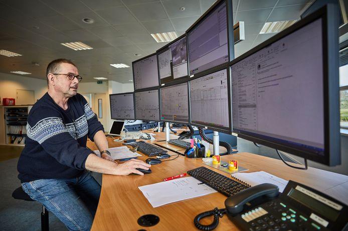 De pijpleiding wordt zeven dagen per week, 24 uur per dag vanuit dit controlecentrum in de buurt van Rotterdam in de gaten gehouden. Ook vinden er controles op de route en vanuit de lucht plaats.