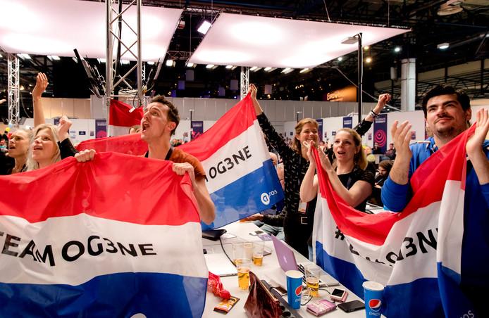 De Nederlandse delegatie in Kiev moedigt OG3NE aan in het perscentrum van het National Exhibition Center waar dit jaar het Eurovisie Songfestival plaatsvind.