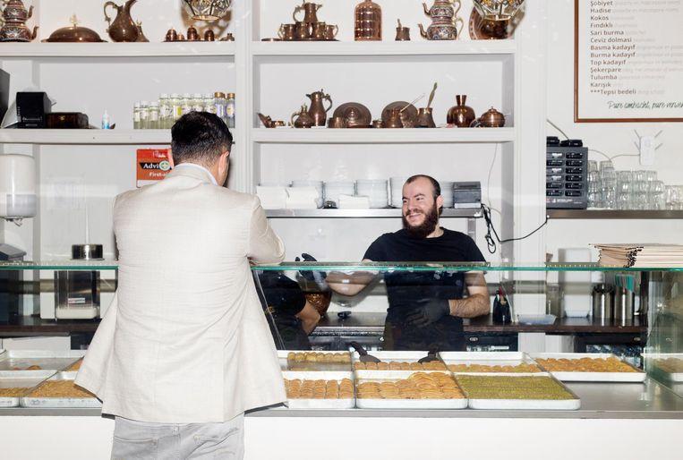Café en patisserie Serifoglu (links directeur Ahmet Can) Beeld Sanne Zurné