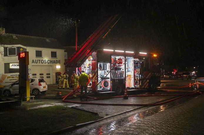 Grote brand bij autoschadebedrijf in Reusel.