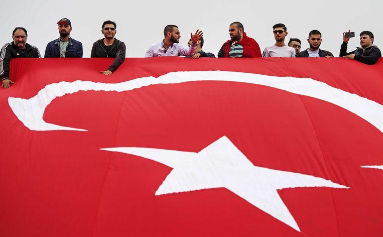 Enorme Turkse vlag bij de Erasmusbrug. Beeld anp