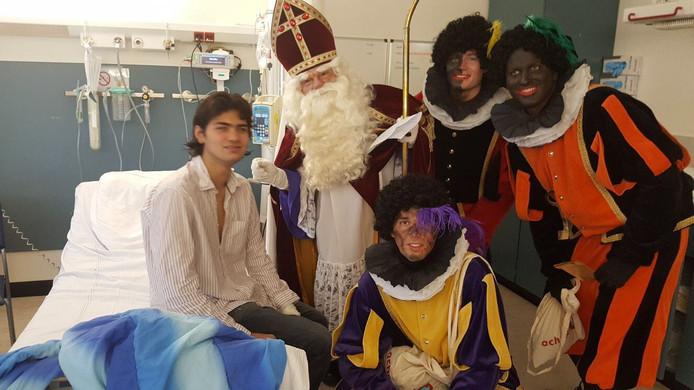 Abdullah samen met Sint en zijn Pieten in het ziekenhuis.