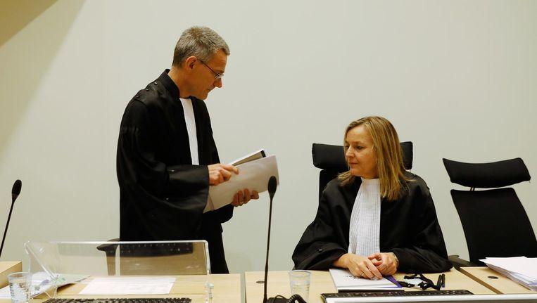 Aanklagers F. Posthumus (links) en C.L. de Jong in de rechtbank voor aanvang van het requisitoir liquidatieproces Passage Beeld anp