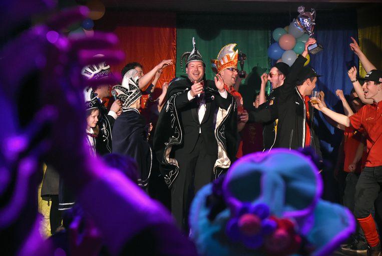 De Raad van Elf van Knorreland (carnavalsnaam van Haren, bij Oss) bouwt in februari 2017 een feestje met de winnaars van de optocht. Beeld Marcel van den Bergh / de Volkskrant