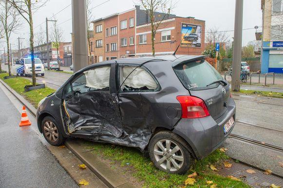In de auto liep de bestuurder een bekkenbreuk op.
