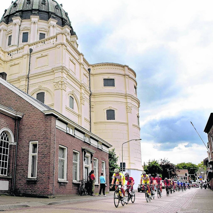 Rondje om de kerk wordt in Oudenbosch vanzelf een rondje om de basiliek, zoals hier bij een eerdere wielerkoers de coureurs langs de Pastoor Hellemonsstraat 'afdalen'. foto archief BN DeStem