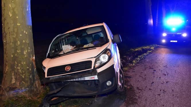 Automobilist raakt twee bomen en loopt lichte verwondingen op
