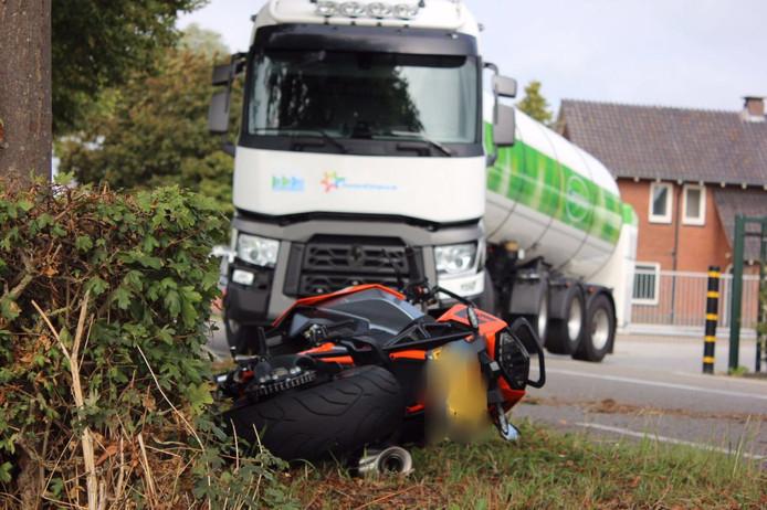 De motorrijder schampte de vrachtwagen, en kwam ten val.