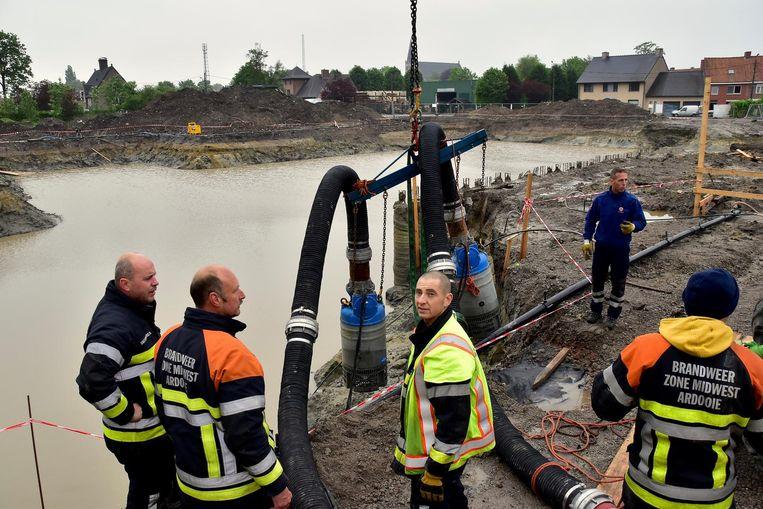 De bouwput van het nieuwe woonzorgcentrum ving in juni 2016 liefst 15 miljoen liter regenwater op.