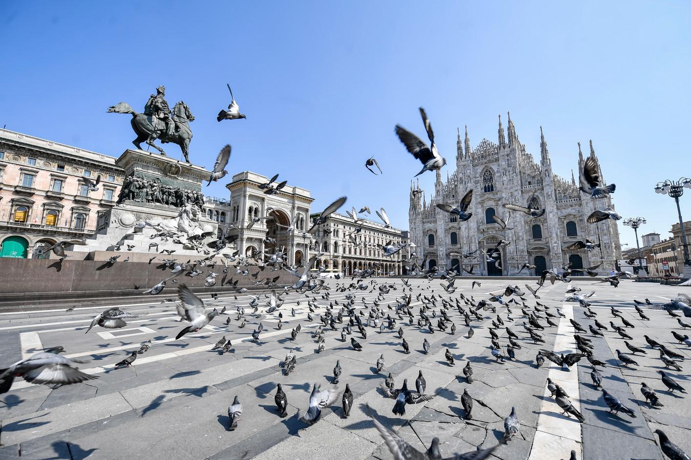 Duiven nemen het plein voor de Dom in Milaan over. Correspondent Angelo van Schaik droomt van het moment waarop hij eindelijk weer over straat kan zwerven.