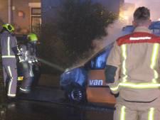 Geparkeerd busje aan Albert Schweizerlaan vliegt in brand