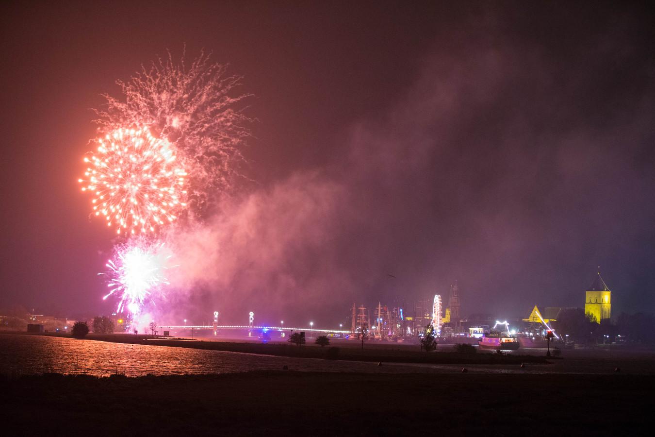 Vuurwerk boven kampen als afsluiting van Sail Kampen in 2014.